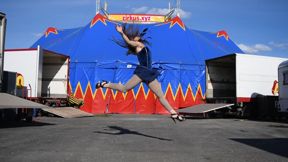 zirkuszelt-mit-jumping-artist